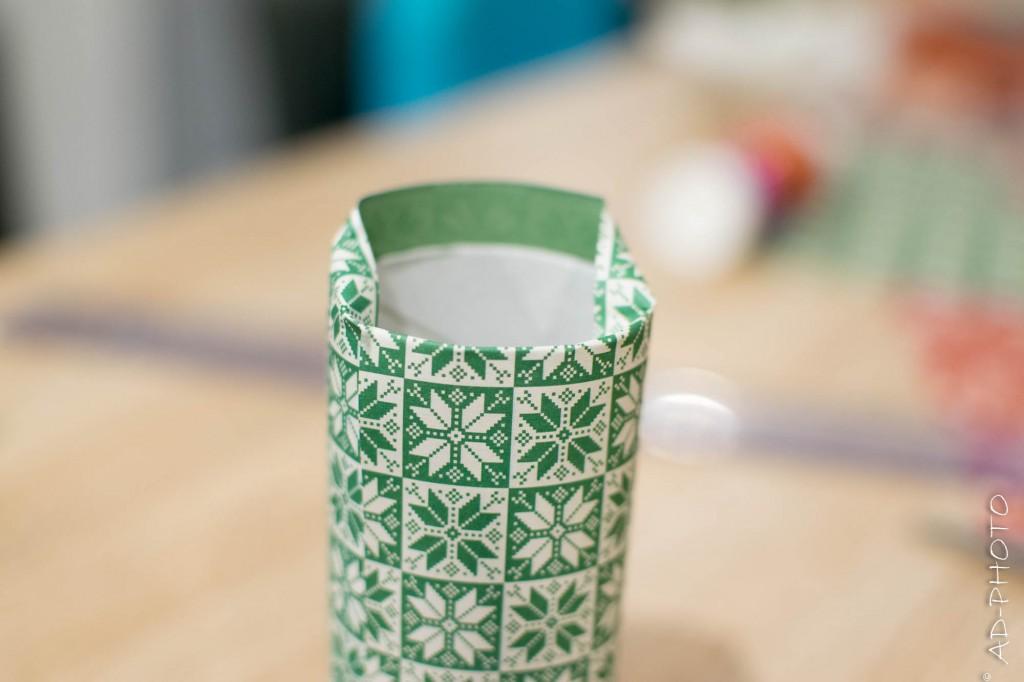 Replier le papier scrapbooking pour décorer les rouleaux de papier toilette - Calendrier de l'avent