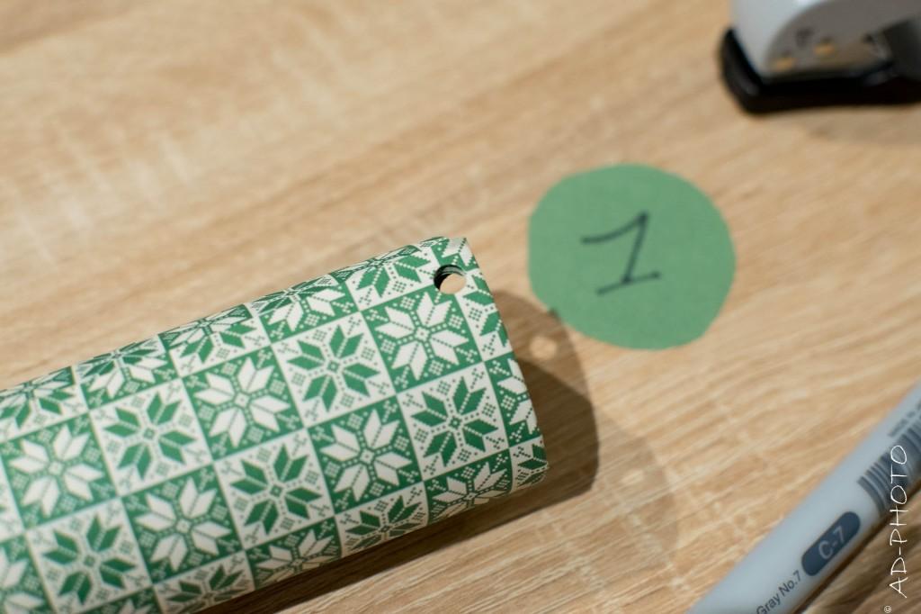 Perforez le rouleau de papier toilette pour réaliser un calendrier de l'avent