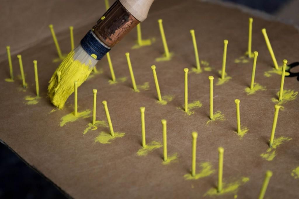 Peindre des clous pour plan de table de mariage