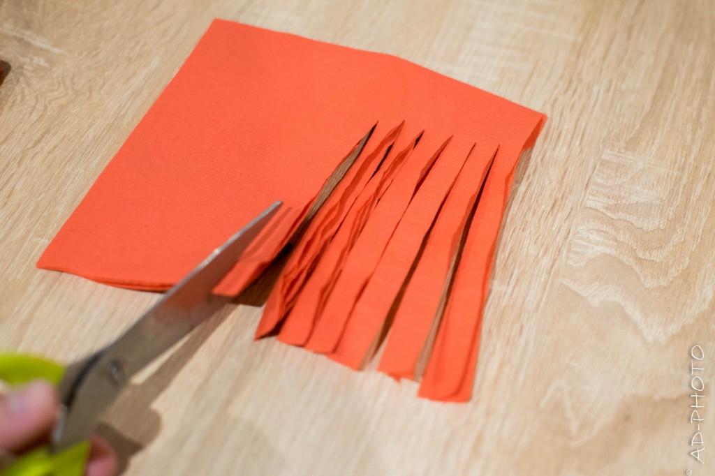 Découper les franges du pompons - Décoration d'anniversaire