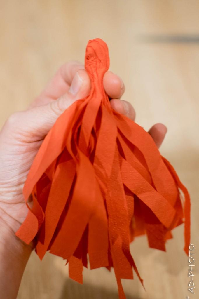 Former un pompon en papier pour la décoration d'anniversaire