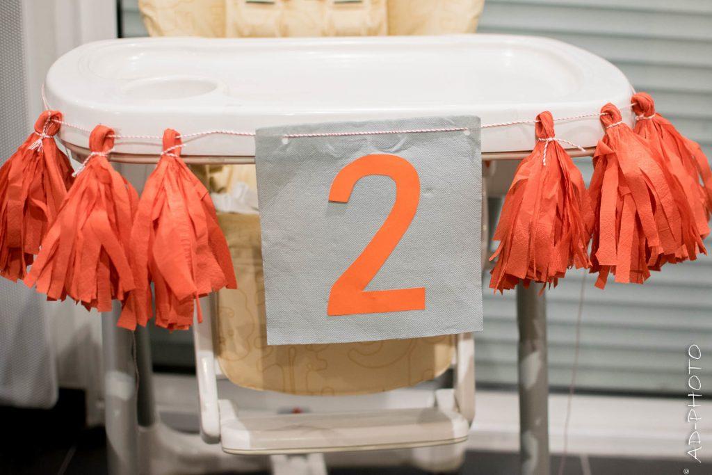 Guirlande de pompons comme décoration d'anniversaire pour l'anniversaire de bébé 2 ans - DIY