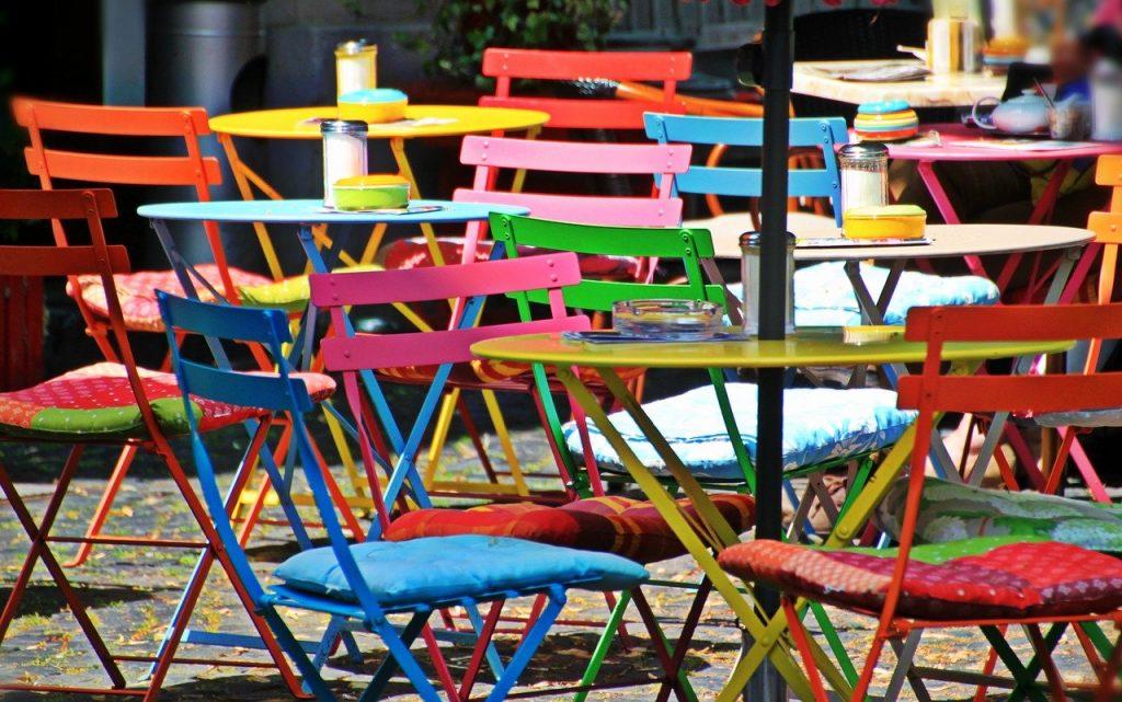 Décorer efficacement avec des chaises dépareillées
